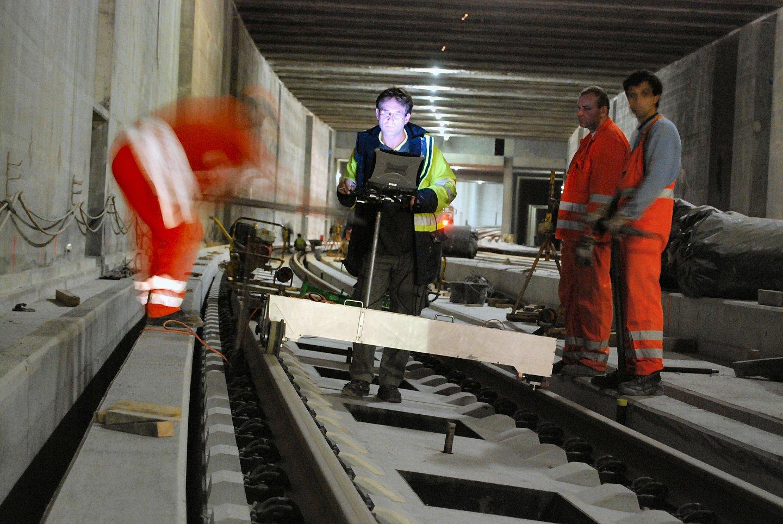 Gleiseinrichten FFB im Masse-Feder Trog, Lainzer Tunnel LT22/25 Weichenhalle